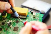 Muž opravit elektronický čip