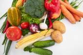 Fotografie čerstvá zelenina na bílém pozadí