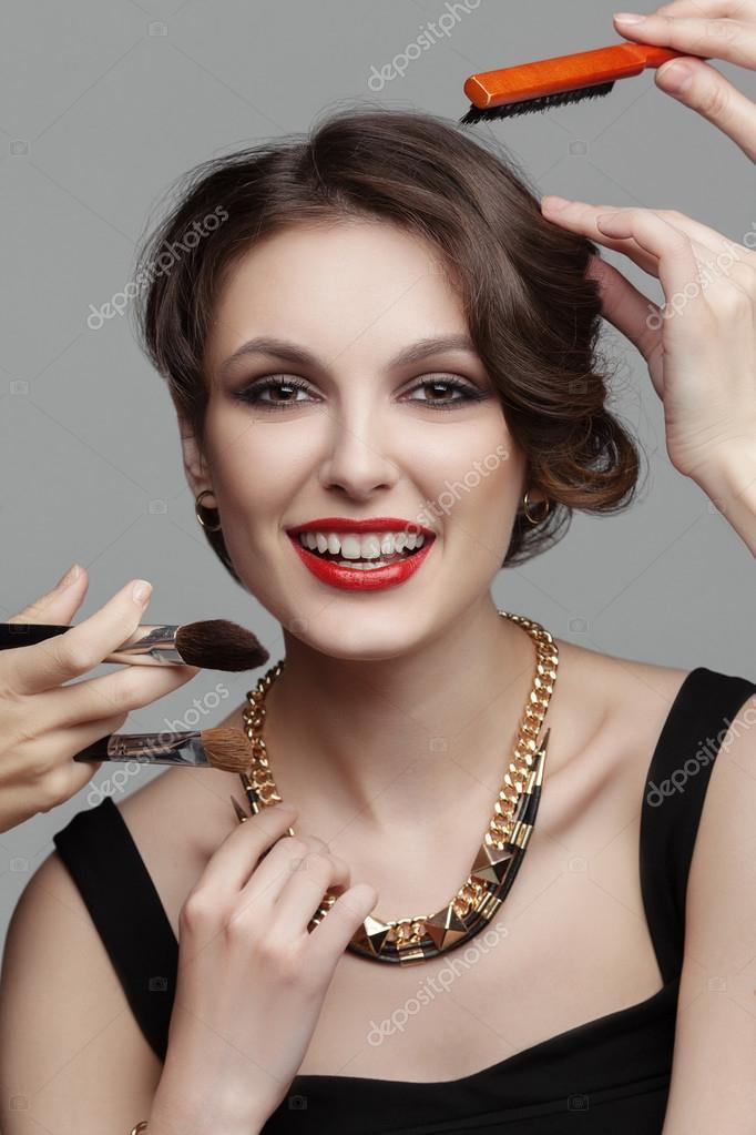 f59bf40b7e20 Krásná žena s večer tvoří uprostřed různých štětců na make-up ...