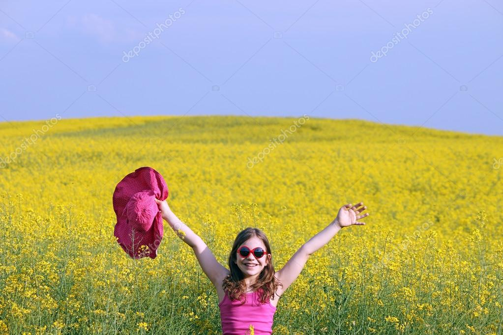 Маленькая девочка с руки вверх на желтые цветы на местах летнего.