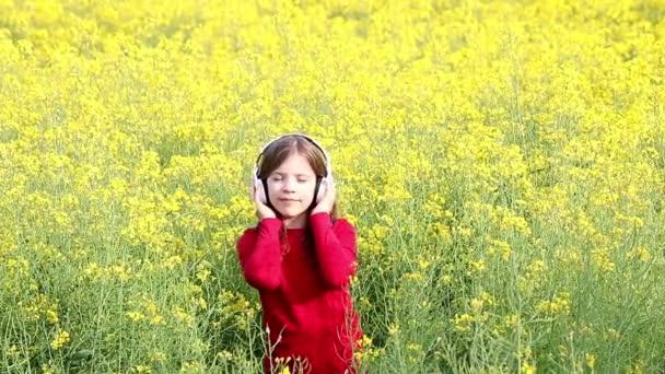 holčička si v hudbě