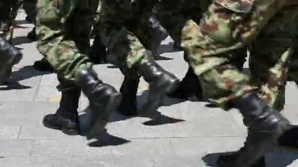 Soldaten marschieren hautnah
