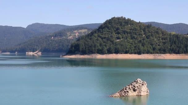 A Tara-hegy táj Zaovine-tó
