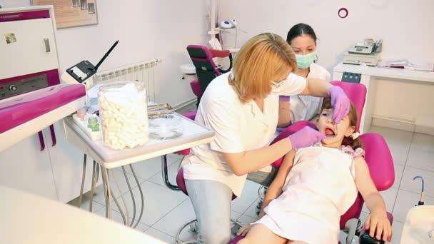 pacient dítěte v zubní ordinaci