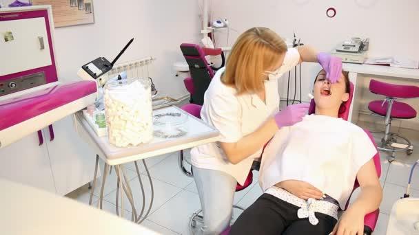 zubař a dívka pacienta zdravotní péče