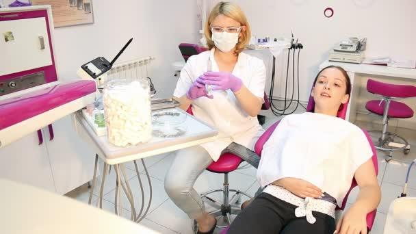zubař dává injekce s dívkou