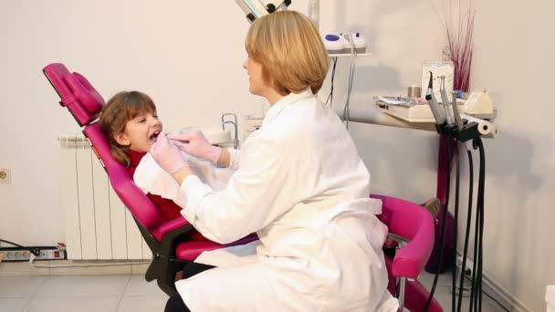 zubař a malá holka pacient