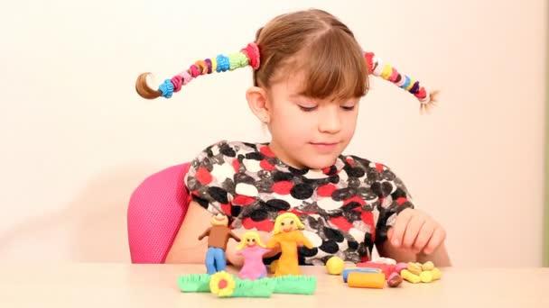 malá holčička se rodině postava s plastelínou