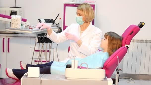 Zubař dává injekce pro holčičku