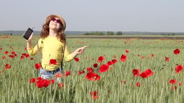 šťastná holčička tančí v zelených pšeničné pole