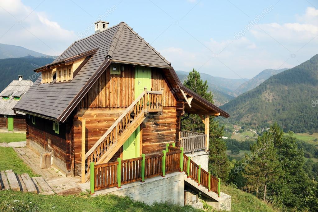 Case Di Montagna In Legno : Vecchia casa di legno sul paesaggio di montagna u2014 foto stock