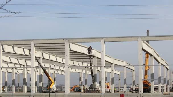 nová továrna staveniště s pracovníky