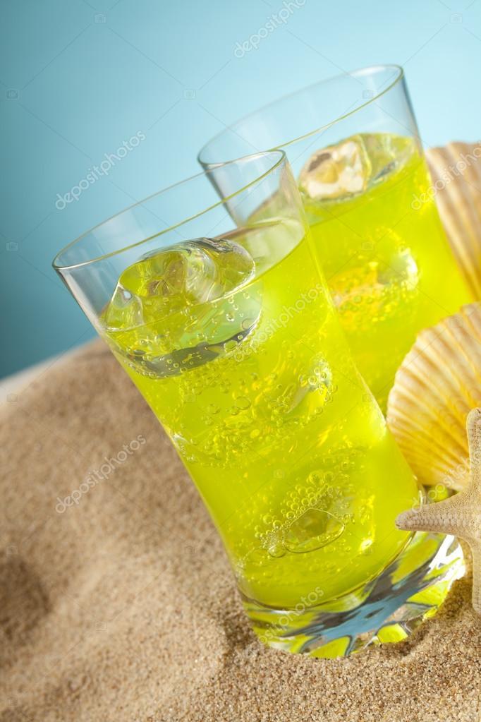 Kalte Getränke und Muscheln am Strand — Stockfoto © digieye #86505716