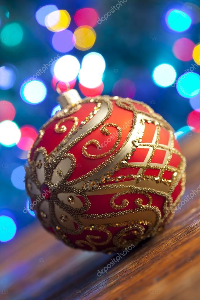 Red Kerstbal op achtergrond verlichting — Stockfoto © digieye #93420660