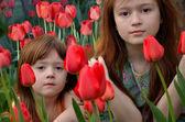 Zwei Mädchen mit Tulpen