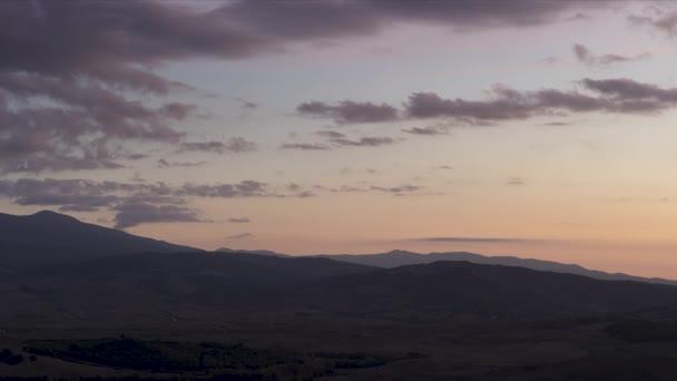 Italien. Toskana. früher, sonniger Morgen. Dichter Nebel über Feldern, Bauernhäusern und Weinbergen