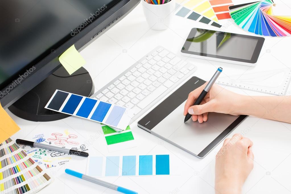 Графический дизайнер на работе. Образцы цветов — Стоковое фото ... fe0dfedc5b0