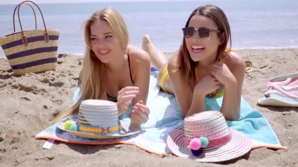 női bikini, élvezve a strand