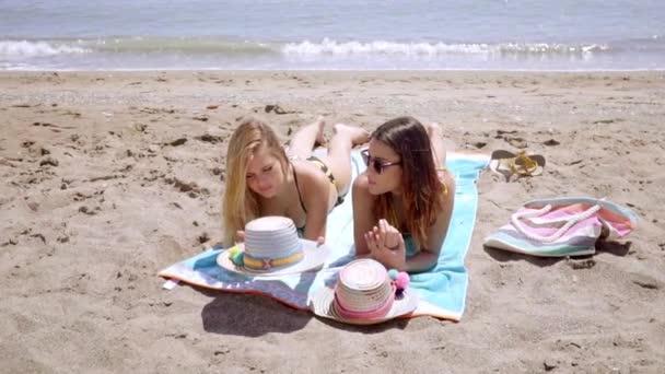 Női meg homokos strandon napozással