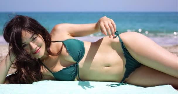 4d924ca93961 Mujer tomando el sol en la playa tumbado en la toalla