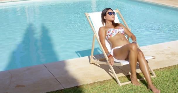 b644812e5 mulher tomando banho de sol perto da piscina — Vídeo de Stock ...