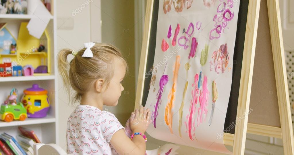 kleine Mädchen malen kreative Gestaltung — Stockfoto © dashek #119548758