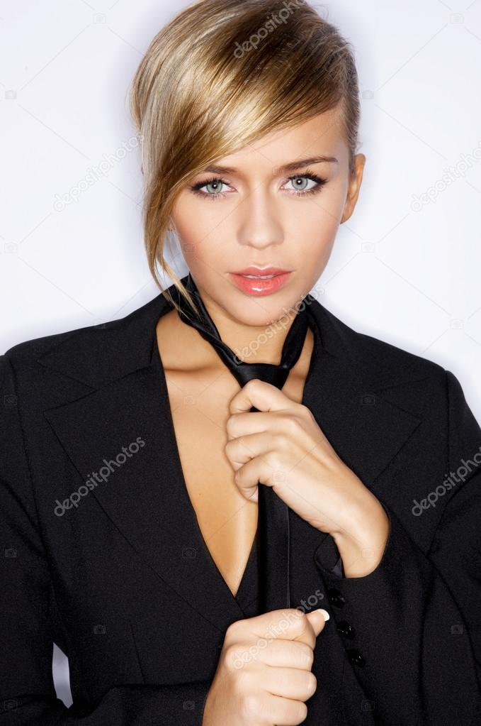 Femme En Cravate femme portant le costume noir veste et cravate — photographie dashek