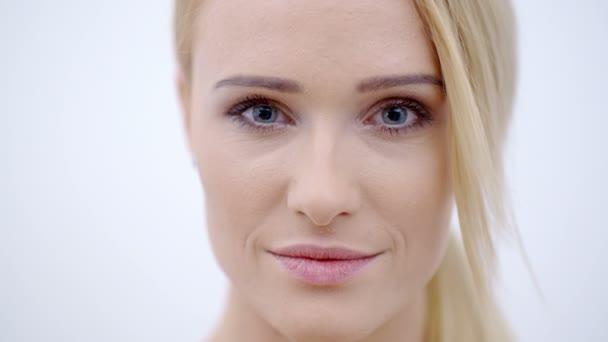 Uzavřít se usmívající se tvář z docela blonďatá samice