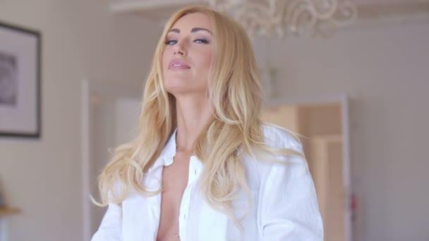 Pěkné blond žena s smyslný svůdný pohled