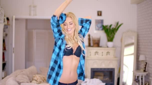 Táncoló nő visel nyitott ing