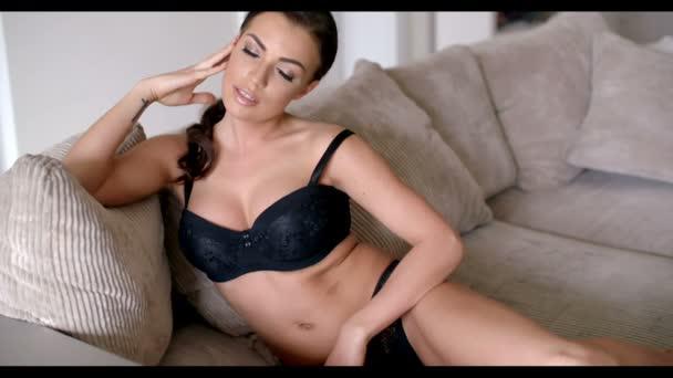 21cf217f9 Mulher sedutora em roupas íntimas — Vídeo de Stock © dashek  69351231