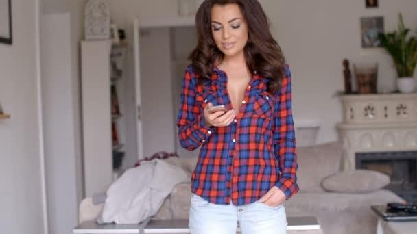 Nő csevegni vele a mobil