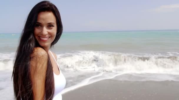 Брюнетку на берегу видео фото 17-763