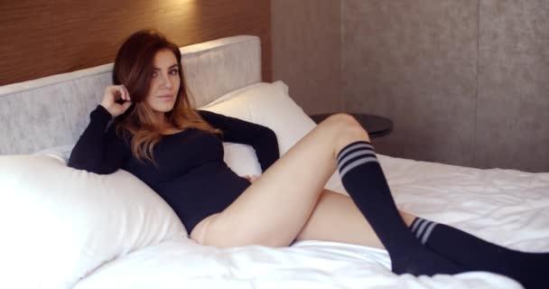 krásná mladá žena leží na posteli