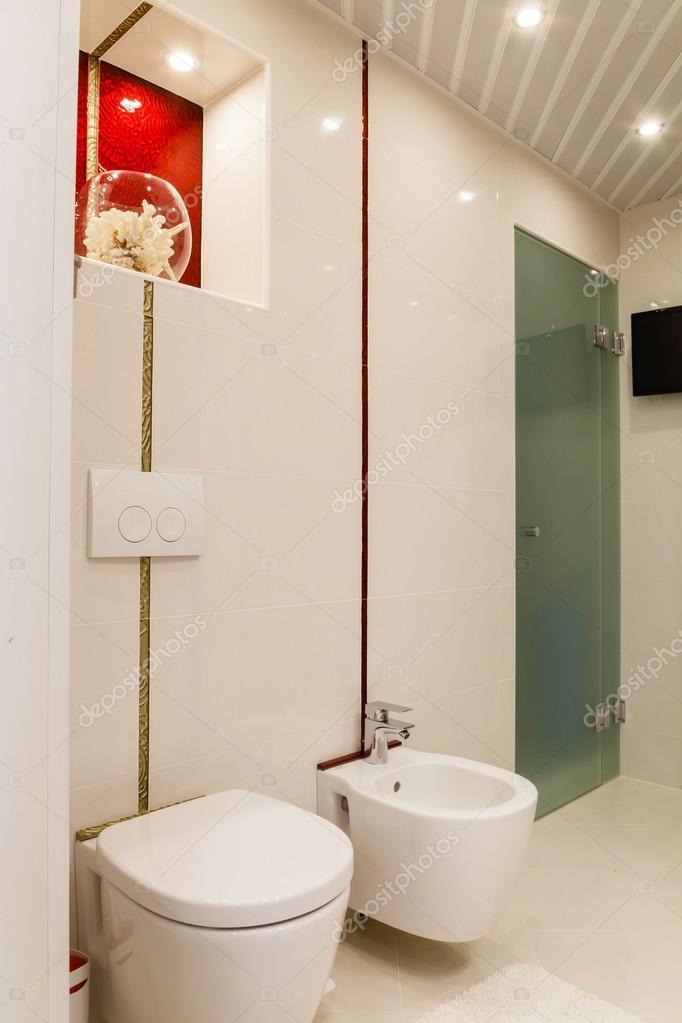 Moderno cuarto de baño con espejos y cabina — Foto de stock © Petkov ...