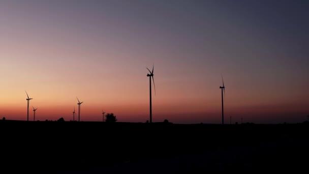 ruční záběr silueta venkovské krajiny s větrnými turbínami produkující sílu v terénu