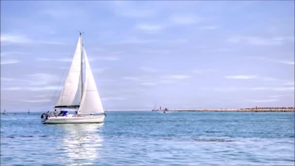jachta v moři