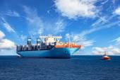 Tažný remorkér kontejnerová loď