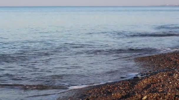 Krásný západ slunce na pláži, úžasné barvy, světelný paprsek svítí skrz závojem mračen