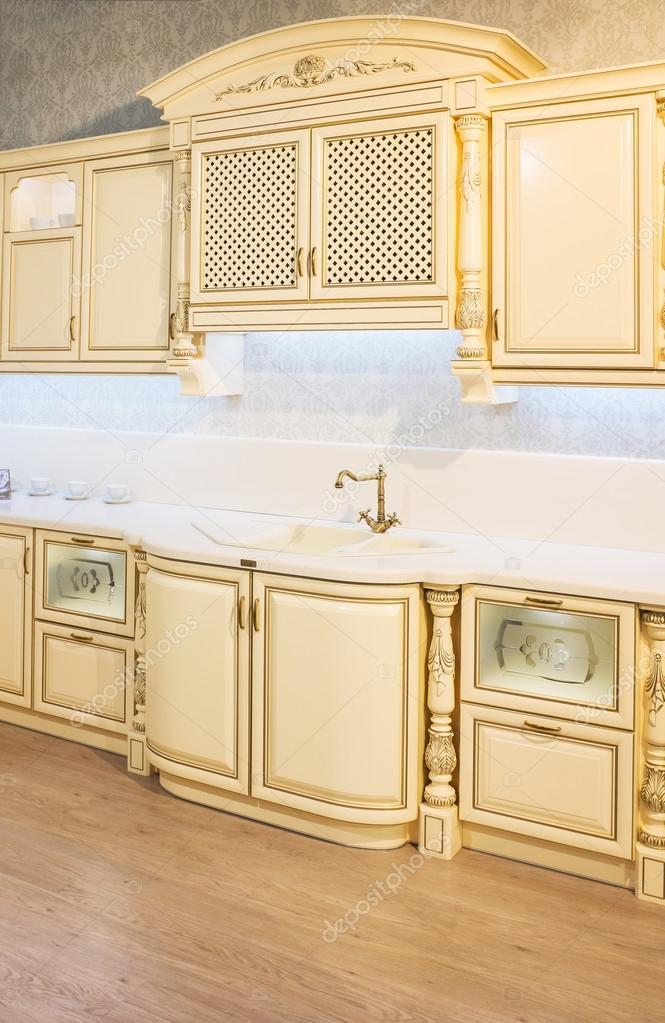Cucina classica bianca in casa moderna foto stock for Foto casa classica