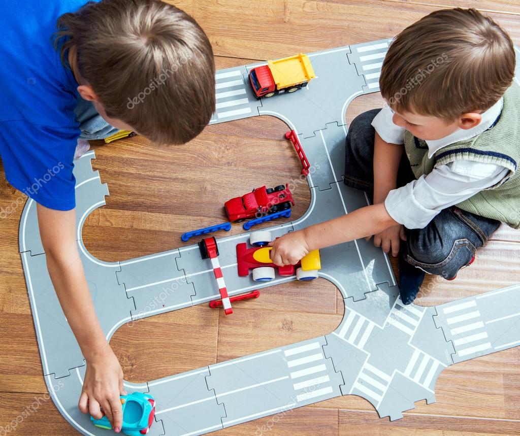 deux petits gar ons joue avec voiture de jouet photographie baburkina 118069936. Black Bedroom Furniture Sets. Home Design Ideas