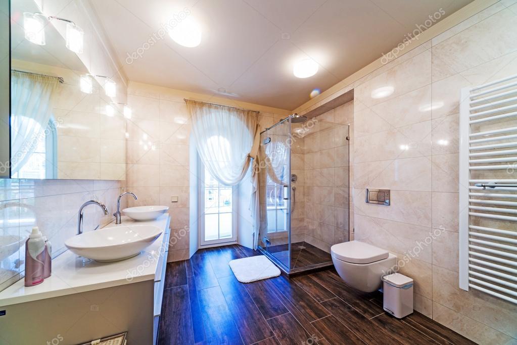 schönes großes Badezimmer in Luxusvilla — Stockfoto © baburkina ...