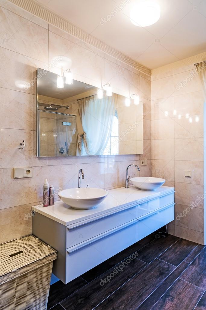 Belle grande salle de bains dans la maison de luxe — Photographie ...