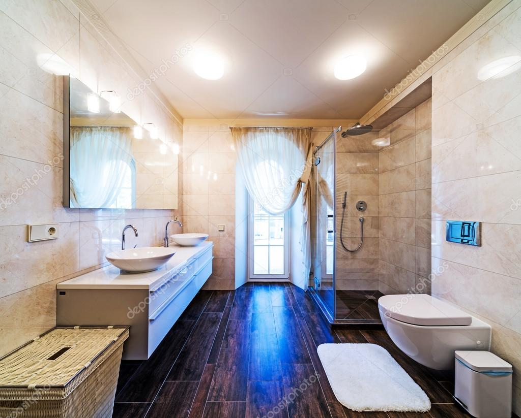 Belle grande salle de bains dans la maison de luxe ...