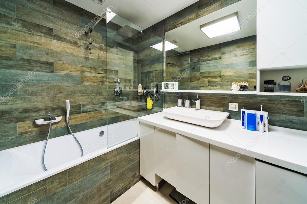 Schönes Badezimmer Luxus Wohnung. — Stockfoto © baburkina ...