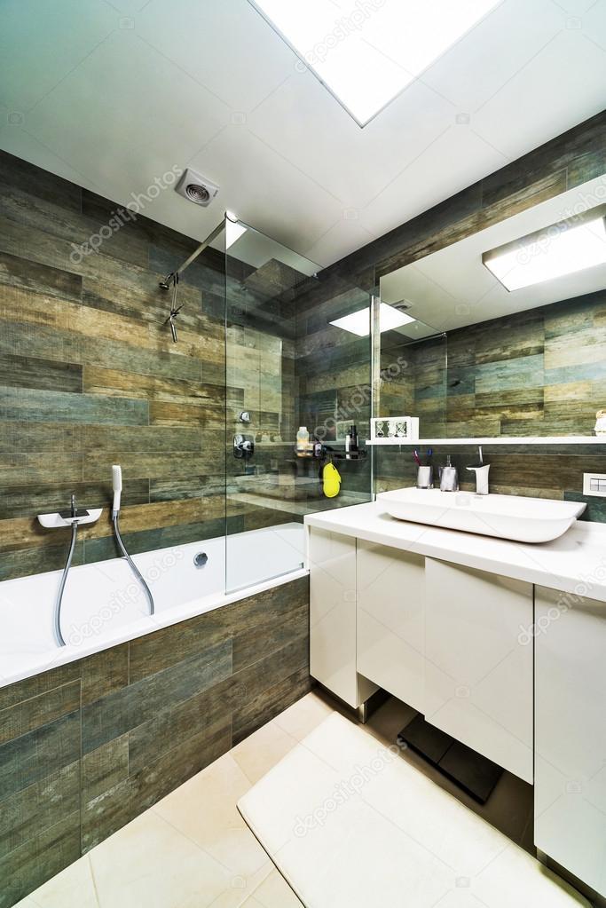 Design d\'intérieur. Grande salle de bains de luxe maison ...