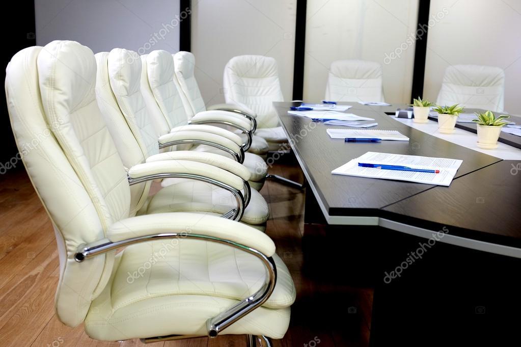 Conferentieruimte met grote ronde tafel en stoelen u stockfoto