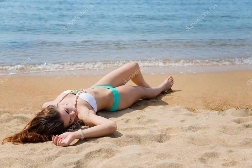 лежат на пляже девушки красиво