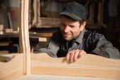 Usmívající se Tesař zkoumá vyrábí nábytek