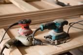 Tesařské nástroje - ruční vrtačka a bruska